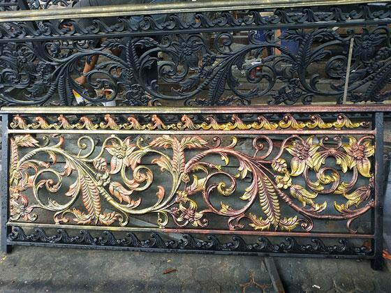 railing tangga balkon klasik, dengan motif antik dan kombinasi warna yang eksentrik